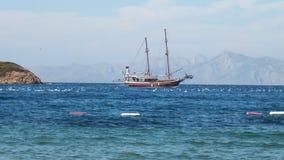Barco solo en un mar tranquilo fotografía de archivo libre de regalías