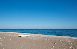 Barco solo en una playa Fotos de archivo