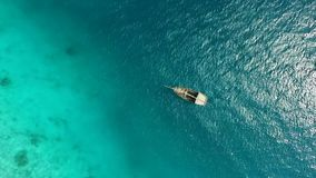 Barco solo que se sacude en ondas, mediodía, aéreo almacen de metraje de vídeo