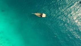 Barco solo que se sacude en ondas, mediodía, aéreo almacen de video
