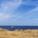 Barco solo y mar tranquilo Foto de archivo