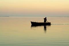 Barco solo y salida del sol hermosa Fotografía de archivo