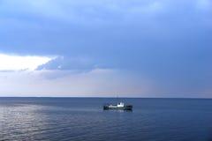 Barco sozinho no mar Imagens de Stock Royalty Free