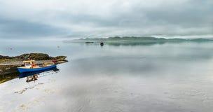 Barco sozinho que conduz completamente no mar nevoento nas montanhas escocesas foto de stock
