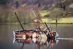 Barco Sunken en el lago Lochy - Escocia Imagenes de archivo