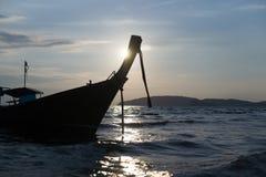 Barco tailandés de madera en la luz en el mar Fotos de archivo