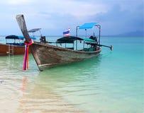 Barco tailandés del longtail en el agua verde cristalina de la turquesa de la playa blanca tropical famosa de la arena en Krabi,  fotos de archivo