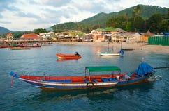 barco tailandés tradicional de la Largo-cola en el puerto Imágenes de archivo libres de regalías