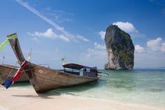 Barco tailandés tradicional del longtail en la isla de Poda, Tailandia imagenes de archivo
