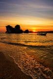 Barco tailandés tradicional del longtail en la puesta del sol en la playa Foto de archivo libre de regalías