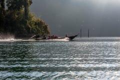 Barco tailandês da longo-cauda no lago Lan de Cheow Imagens de Stock Royalty Free