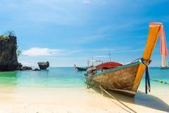 Barco tailandês de madeira no mar de Andaman fora da costa Fotos de Stock