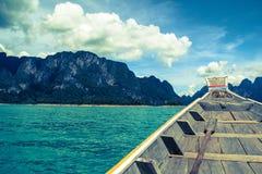 Barco tailandês e céu azul Fotos de Stock