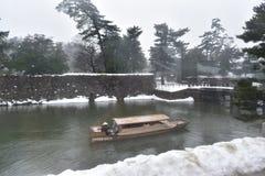 Barco telhado japonês do tesouro no fosso exterior foto de stock