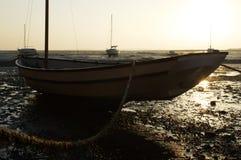 Barco Tethered quando a maré estiver para fora imagens de stock