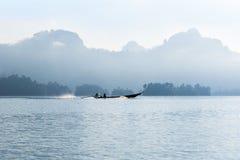 Barco tradicional de la largo-cola en el lago cheo Lan Fotos de archivo libres de regalías