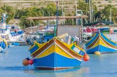 Barco tradicional de Luzzu en el puerto de Marsaxlokk en Malta. Fotos de archivo
