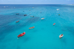 Barco tradicional del pescador en Santa Maria en la isla de la sal en el cabo VE Imagen de archivo libre de regalías