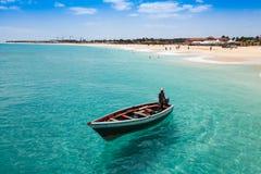 Barco tradicional del pescador en Santa Maria en la isla de la sal en el cabo VE Imágenes de archivo libres de regalías
