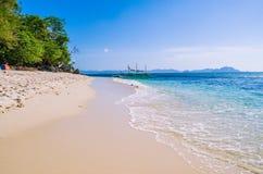 Barco tradicional do banca na água clara no Sandy Beach perto do EL Nido, Filipinas Imagem de Stock Royalty Free