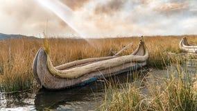 Barco tradicional do junco do totora, Islas es los Uros, lago Titicaca, Peru fotos de stock
