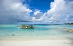 Barco tradicional en el mar azul Imagen de archivo libre de regalías