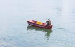 Barco tradicional en el pueblo del pescador Imagenes de archivo