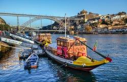 Barco tradicional en el río del Duero en el tiempo de la puesta del sol Oporto, Portugal fotografía de archivo libre de regalías
