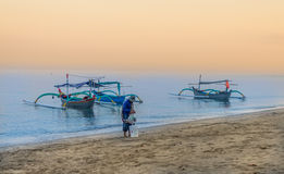 Barco tradicional indonésio na praia de Pasir Putih, situbondo Imagem de Stock