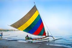 Barco tradicional indonésio na praia de Pasir Putih, situbondo fotografia de stock royalty free