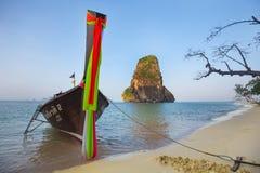 Barco tradicional na praia tropical, Krabi, Tailândia Imagens de Stock Royalty Free