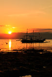 Barco tradicional na silhueta contra um sol de ajuste Fotografia de Stock