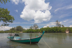 Barco tradicional no rio ao sul de Tailândia imagem de stock royalty free
