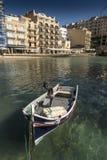 Barco tradicional por el embarcadero en Xlendi imagen de archivo libre de regalías
