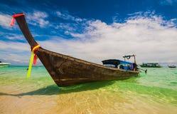Barco tradicional Tailândia da cauda longa em águas de turquesa do mar de Andaman Fotos de Stock Royalty Free