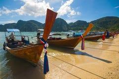 Barco tradicional Tailândia da cauda longa em águas de turquesa do mar de Andaman Fotografia de Stock Royalty Free