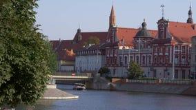 Barco turístico de la ciudad en el río almacen de video