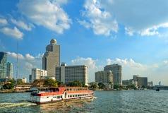 Barco turístico de la travesía y edificios modernos Imágenes de archivo libres de regalías