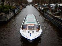 Barco turístico en el canal de Amsterdam, los Países Bajos Fotos de archivo