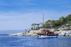 Barco turístico en el mar Fotos de archivo libres de regalías