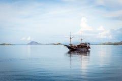 Barco turístico en el océano Imagenes de archivo