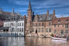 Barco turístico en el Rozenhoedkaai en Brujas/Brujas, Bélgica Imagenes de archivo