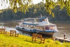 Barco turístico en la orilla del río de Desna Foto de archivo libre de regalías