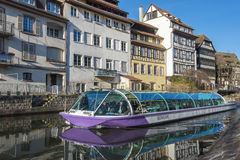 Barco turístico en los canales de Estrasburgo Imágenes de archivo libres de regalías