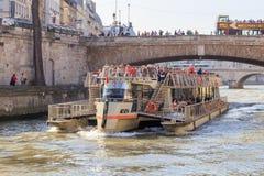 Barco turístico en París Imagen de archivo libre de regalías