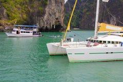 Barco turístico en Pattaya, Tailandia con la bandera Imágenes de archivo libres de regalías