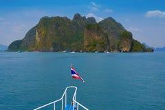 Barco turístico en Pattaya, Tailandia con la bandera Fotos de archivo