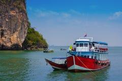 Barco turístico en Pattaya, Tailandia con la bandera Imagenes de archivo