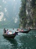 Barco turístico en Surat Thani, Tailandia Foto de archivo