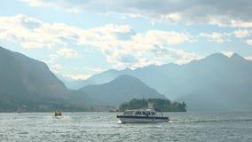 Barco turístico, paisaje del lago Maggiore almacen de video